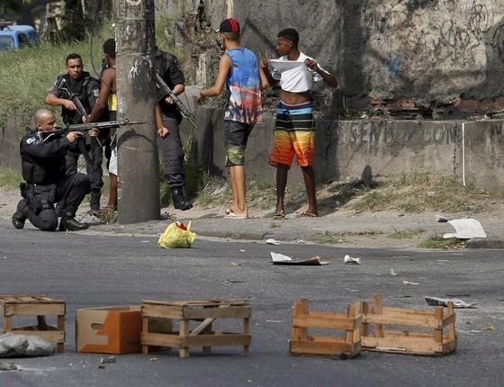 Moradores do complexo do Chapadão fazem protesto por causa de morte de moradores fechando a estrada, Rio do Pau (Foto: Domingos Peixoto / Ag. O Globo)