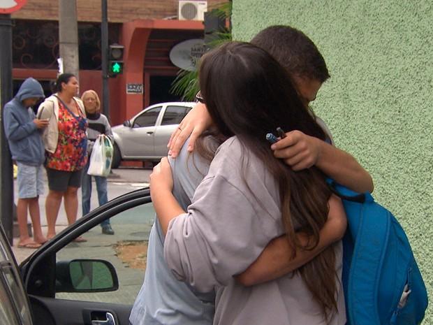 O clima foi de comoção e tristeza após morte de aluno no Colégio Padre Eustáquio, em Belo Horizonte (Foto: Reprodução/ TV Globo)