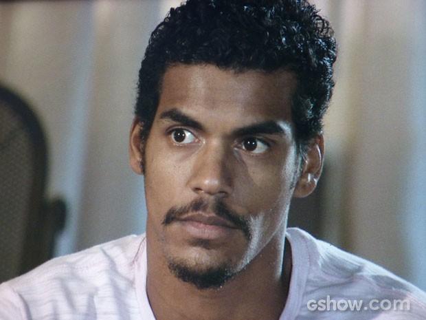 Jairo ouve todas as ameaças de Nando atentamente (Foto: Em Família/TV Globo)