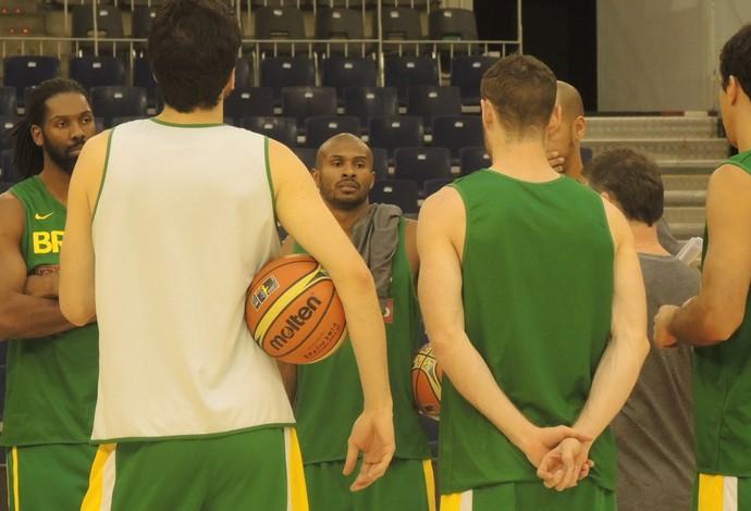 Leandrinho ouve instruções de Magnano antes do treino. O jogador não quis comentar possível ida para os Warriors (Foto: Fabio Leme)
