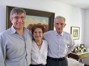 Plínio de Arruda Sampaio, 83, ao lado da mulher Marieta e do filho Francisco: 'Infelizmente, tivemos esse percalço na nossa história, que ainda não passou, e não vai passar mais cedo'. (Foto: Rosanne D'Agostino/G1)