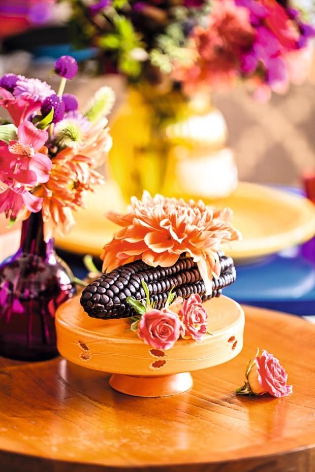 Efeito surpresa. As raízes de Marisabel estavam presentes no cardápio e na decoração. Ao lado, o milho-roxo, alimento típico do país andino, virou arranjo no prato da Olaria Paulistana (Foto: Casa e Comida)