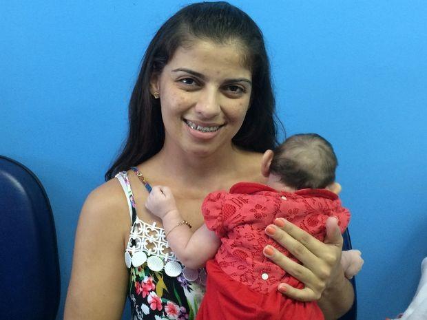 Mãe leva bebê para mutirão de saúde para investigação de casos de microcefalia (Foto: Tássio Andrade/G1)