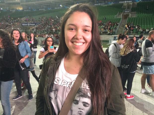 Giulia Medeiros, fã de Ariana Grande, espera o show da cantora após fazer o Enem (Foto: Rodrigo Ortega/G1)