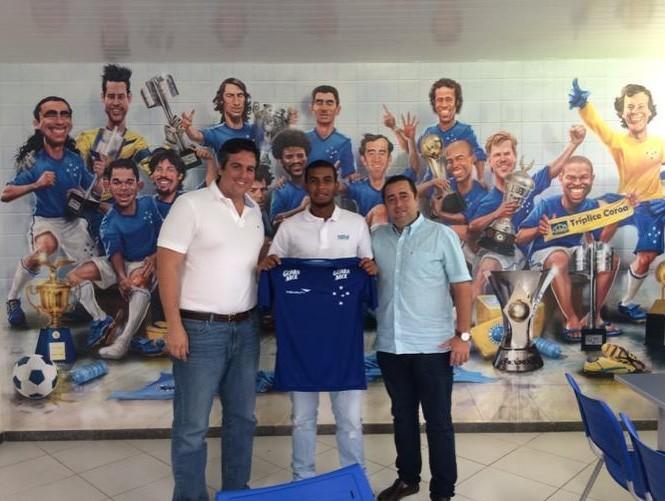 Meia Alex posa com a camisa do Cruzeiro ao lado do superintendente da base, Bruno Vicintin (Foto: Reprodução/Twitter)
