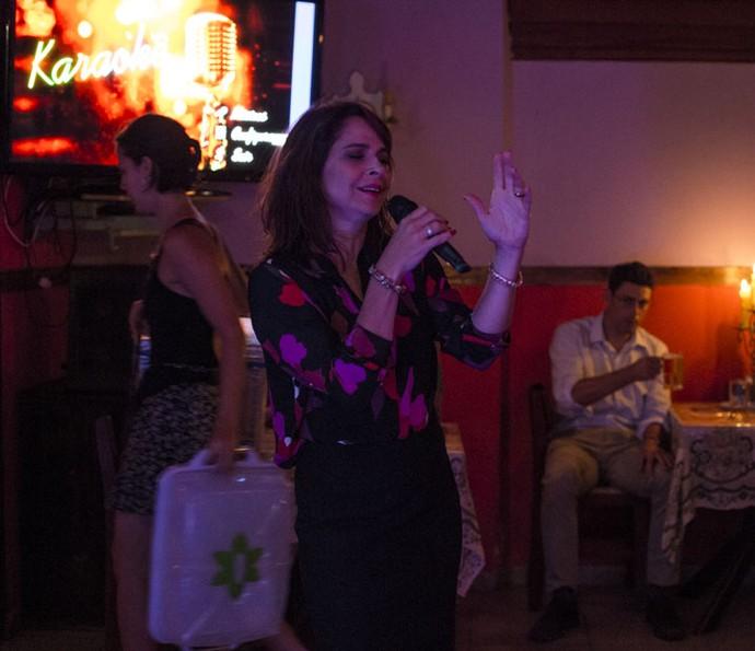 Vânia canta no karaokê (Foto: Ellen Soares/Gshow)