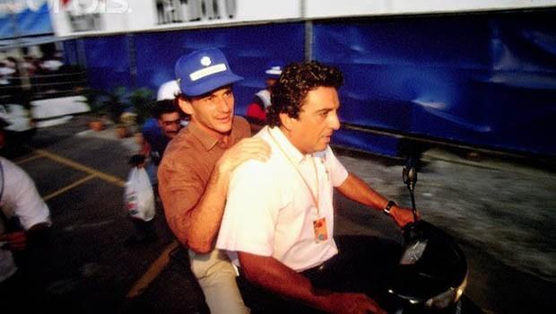 Ayrton Senna na garupa da moto de Galvão Bueno: os dois ficaram muito amigos no início dos anos 1990 (Foto: Arquivo pessoal)