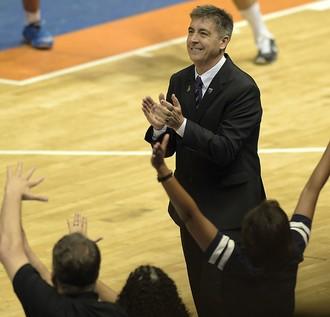 Guerrinha, técnico do Bauru, contra o Real Madrid (Foto: Gaspar Nóbrega / FIBA Americas)