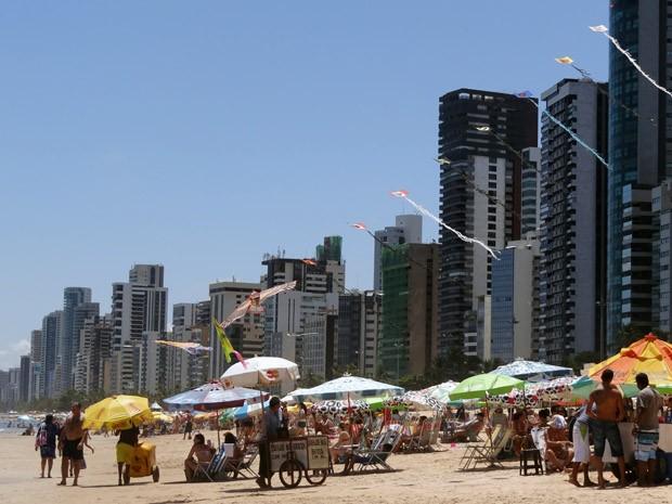 Urbanização da orla do Grande Recife é apontado também como fator contribuinte para questão dos tubarões. (Foto: Katherine Coutinho/G1)