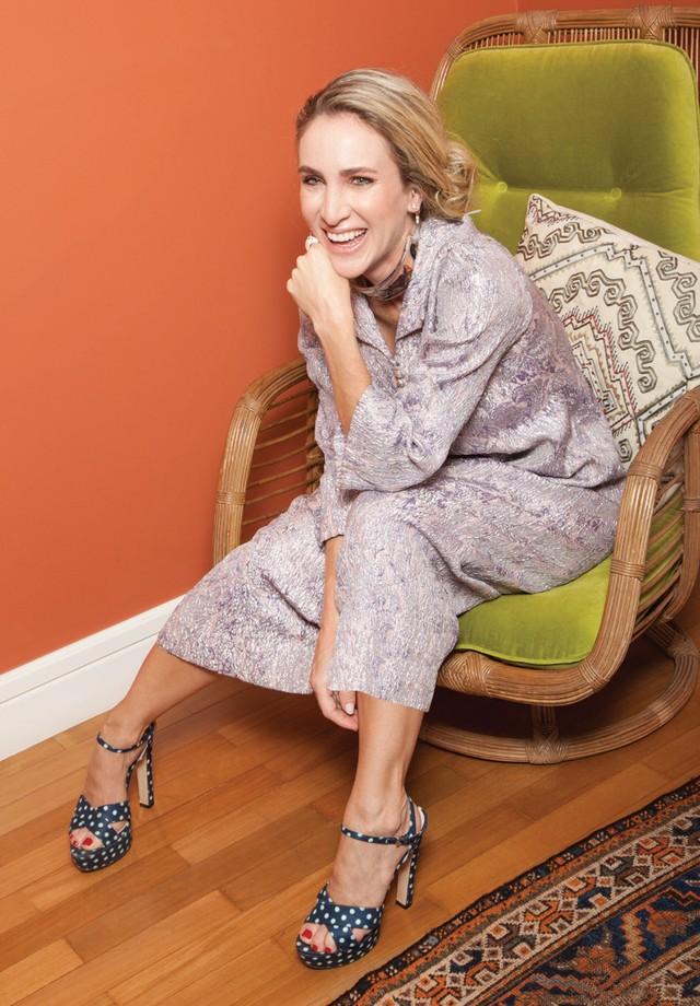 Luiza usa vestido (R$ 1.260) Loop e sandálias Miu Miu. (Foto: Cassia Tabatini)