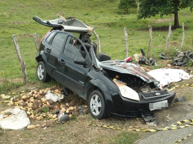 Motorista do carro de passeio invadiu pista contrária, diz polícia. (Foto: Divulgação/Polícia Civil)