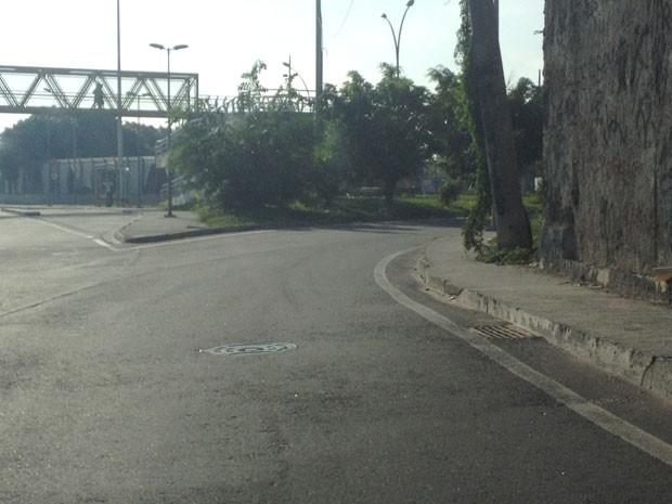 Falta sinalização no local onde engenheiro errou caminho e entrou na Favela Vila do João (Foto: Renata Soares / G1)