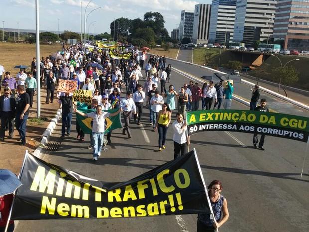 Servidores da Controladoria-Geral da União protestam por saída de ministro em Brasília (Foto: Sara Resende/G1)