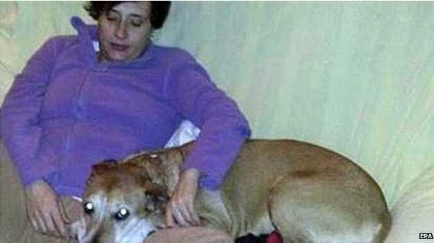 Imagem mostra a enfermeira Teresa Romero com o cão Excalibur, que foi sacrificado pelas autoridades (Foto: EPA/BBC)