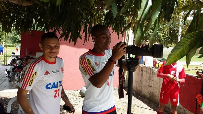 Samir e Pará brincam com câmera do fotógrafo do Flamengo (Foto: Fred Gomes)