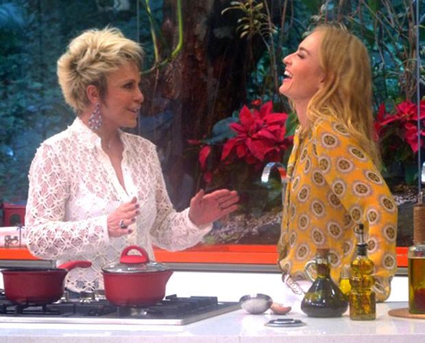 As apresentadoras se divertem no bate-papo (Foto: Estrelas/TV Globo)