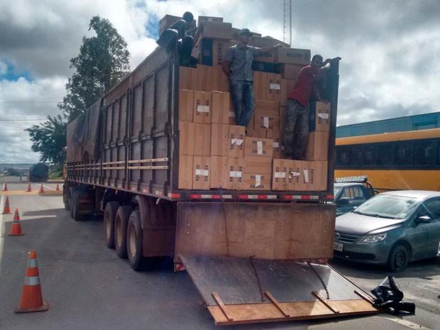 Condutor da carreta fugiu e está sendo procurado (Foto: Divulgação/PRF)