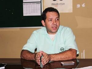 Professor aconselha aluno treinar o estudo resolvendo questões (Foto: Catarina Costa / G1)