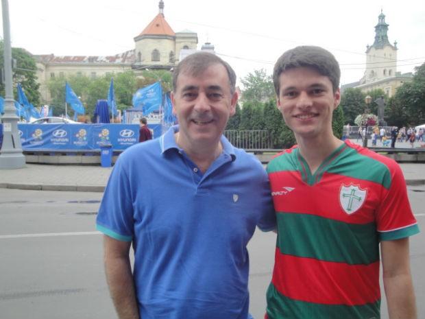 Constantino e Gustavo, pai português e filho brasileiro na torcida por Portugal em Lviv (Foto: Rafael Maranhão / GLOBOESPORTE.COM)