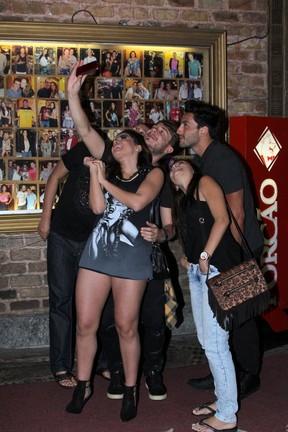 Anitta e David Brazil com amigos em churrascaria na Zona Oeste do Rio (Foto: Rodrigo dos Anjos/ Ag. News)
