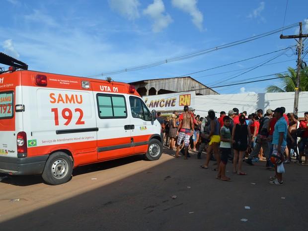Viatura de suporte avançado do Samu esteve no local para atender os feridos (Foto: Aline Nascimento/G1)