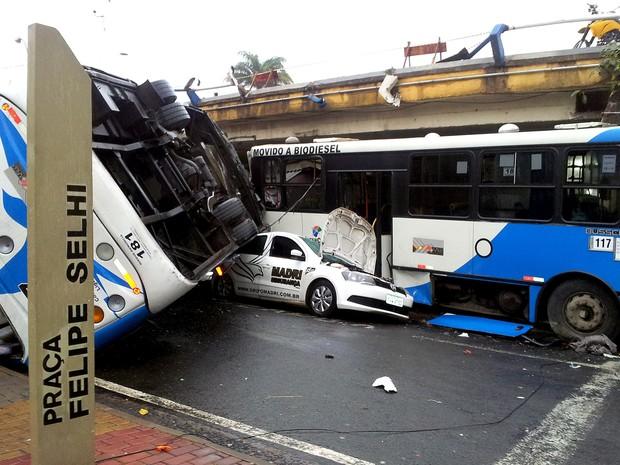 Ônibus do transporte público em Campinas despencou de viaduto no Centro (Foto: Luciano Calafiori/G1)