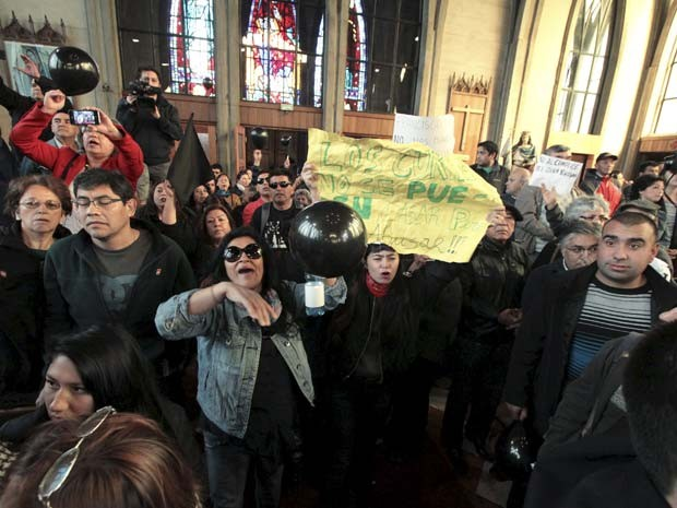Manifestantes repudiam noemação do bispo Juan Barros em protesto neste sábado (21) na catedral de Osorno, Chile (Foto: REUTERS/Carlos Gutierrez)
