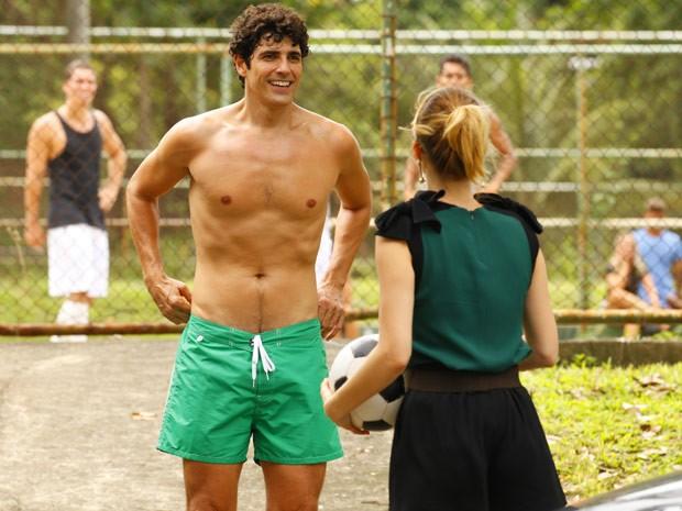 Nando dá um tempinho na pelada para falar com Juliana (Foto: Guerra dos Sexos / TV Globo)