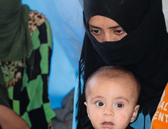 Shalan Abdilgany e seu filho Aws.Com o marido preso e incomunicável,ela não tem renda (Foto:  Carla Aranha/ÉPOCA)