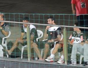 Marcos Rocha e Lucas Pratto assistem ao jogo contra o Democrata, após se machucarem (Foto: Fernando Martins Y Miguel)