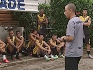 Gustavo procura a formação idela para o time (Foto: Reprodução / Inter TV)