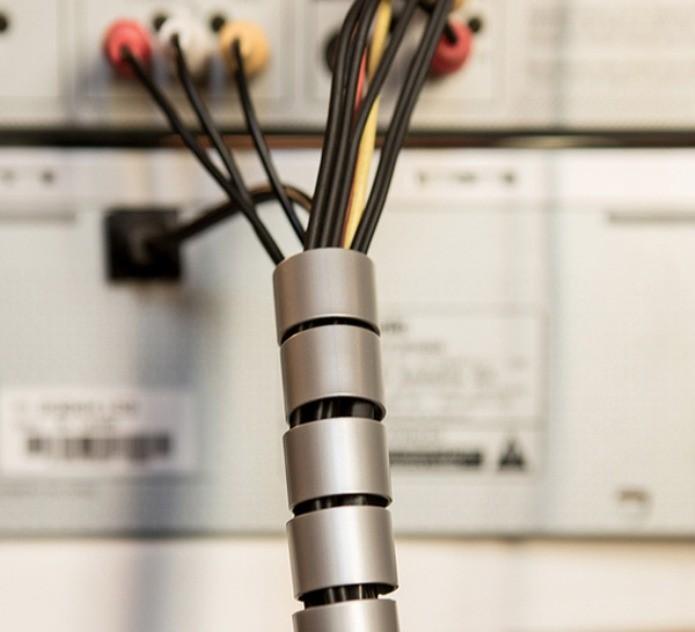 Organizadores flexíveis de cabos são uma ótima opção para esconder os fios (Foto: Divulgação/Leroy Merlin)