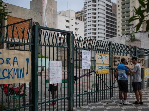 Entrada da Escola Estadual Caetano de Campos, na Aclimação, ocupada por alunos (Foto: Victor Moriyama/G1)