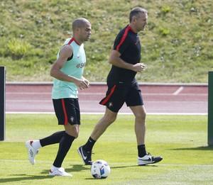 Pepe corre em volta do gramado com o preparador físico da seleção portuguesa (Foto: REUTERS/Regis Duvignau)