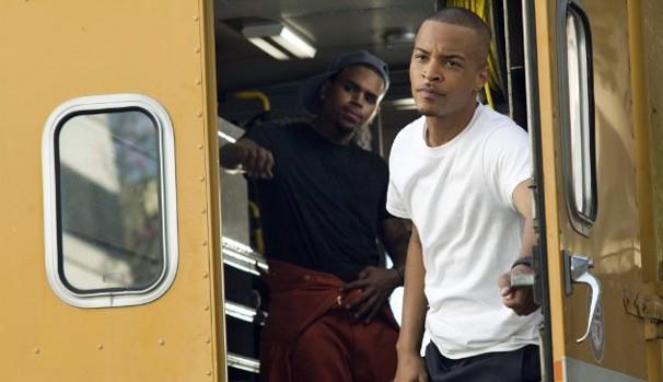 T.I. e Chris Brown em 'Ladrões' (2010), primeira produção em que os rappers contracenam (Foto: Divulgação/Reprodução)