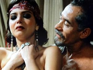 O coronel obriga a jovem a se entregar (Foto: Gabriela / TV Globo)