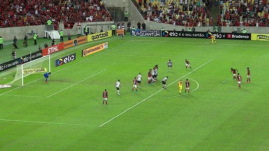 Rafael Vaz tira bola da mão de Paquetá, erra falta e vira alvo nas redes; veja