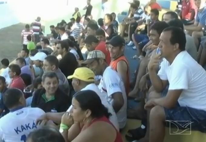 Torcida do Balsas lota Estádio Cazuza Ribeiro (MA) (Foto: Reprodução/TV Mirante)