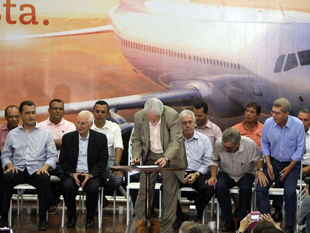 Governador assina documento para construção de aeroporto em Vitória da Conquista (Foto: Manu Dias/Governo da Bahia)