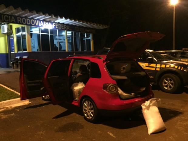 Ao ser abordado pelos policiais, motorista disse que substância suspeita era cloro de piscina; narcoteste confirmou se tratar de fenacetina (Foto: PRF / Divulgação)