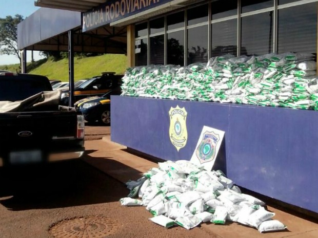 Motorista preso disse que pegou a carga avaliada em mais de R$ 150 mil no Paraguai e a levaria até Campo Mourão (Foto: PRF / Divulgação)