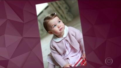 Família real britânica divulga fotos da princesa Charlotte às vésperas de aniversário