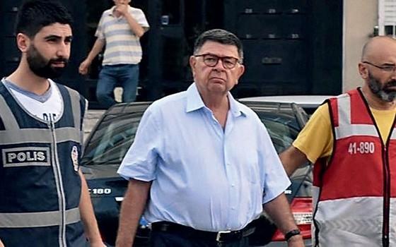 Sahin Alpay,é levado preso na quarta-feira (27) depois  d limpar Judiciário e polícia (Foto: Reprodução twiter)
