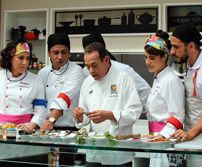 Chef Beto Pimentel com os participantes do 'Super Chef' (Foto: Carolina Morgado/Gshow)