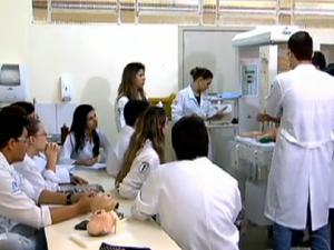 Alunos de medicina ficam espremidos em enfermarias (Foto: Reprodução/JN)