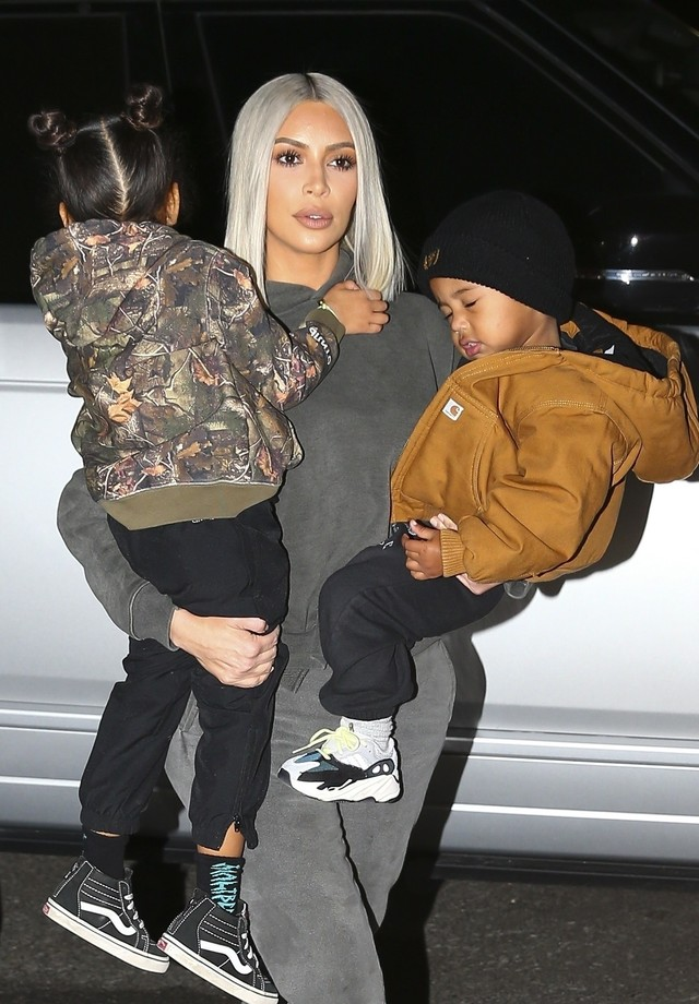 Thousand Oaks, CA  - Kim Kardashian spends the holiday season with her little ones, as she hit an ice rink with her son Saint and daughter North during a Christmas party in Thousand Oaks, California on Saturday.Doting mom Kim, 37, carefully showed her tw (Foto: IXOLA / BACKGRID)