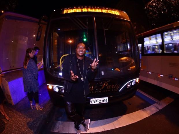MC Sapão em festa dentro de ônibus no Rio (Foto: Raphael Mesquita/ Divulgação)