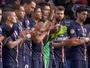 Jogadores de PSG e Évian homenageiam vítimas de atentado
