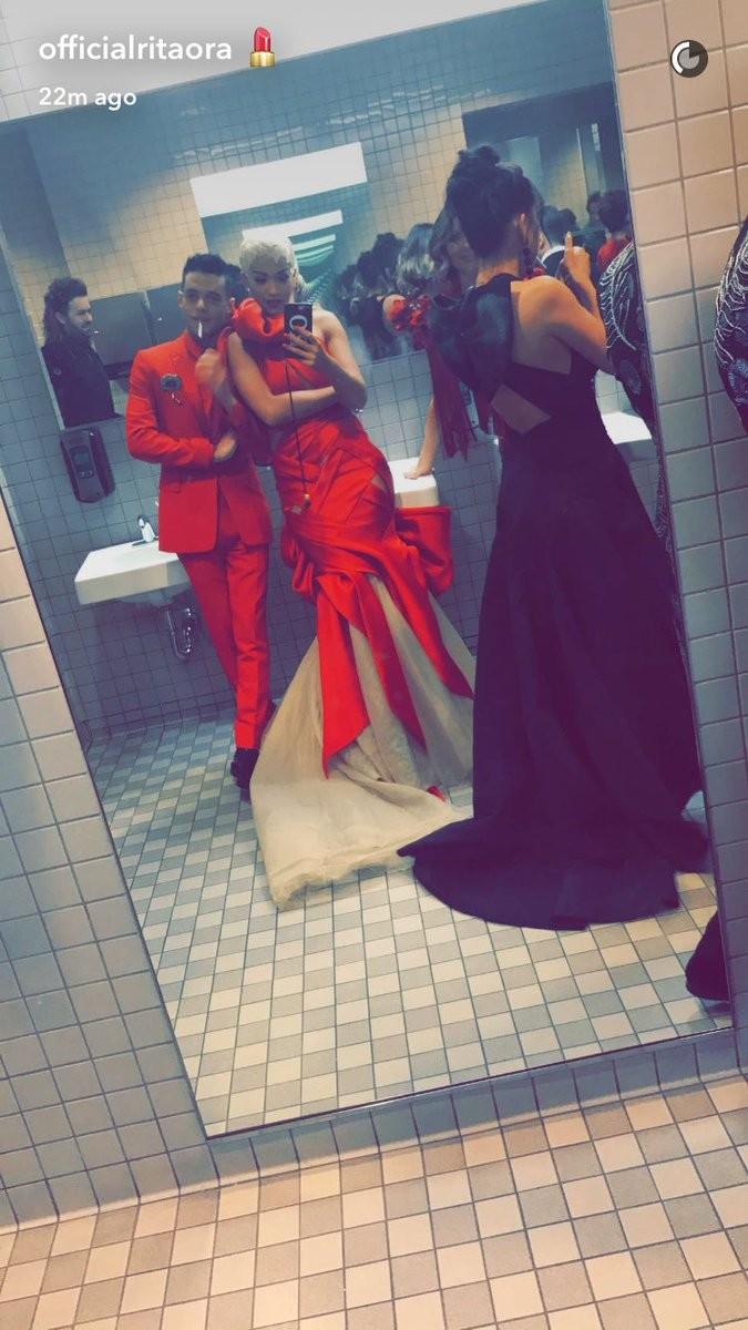 Rita Ora e Rami Malek no Met Gala (Foto: Reprodução/Twitter)
