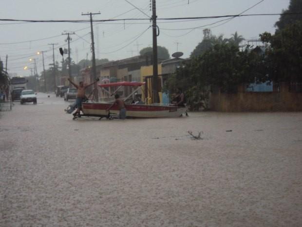 O nível da água é tão alto que os moradores conseguem colocar um barco na rua como forma de protesto (Foto: Hamilton Siqueira/ Divulgação/ VC no G1)